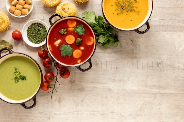 Овощные крем-супы и ингредиенты с макаронами