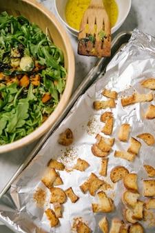 茶色の木製ボウルに野菜料理