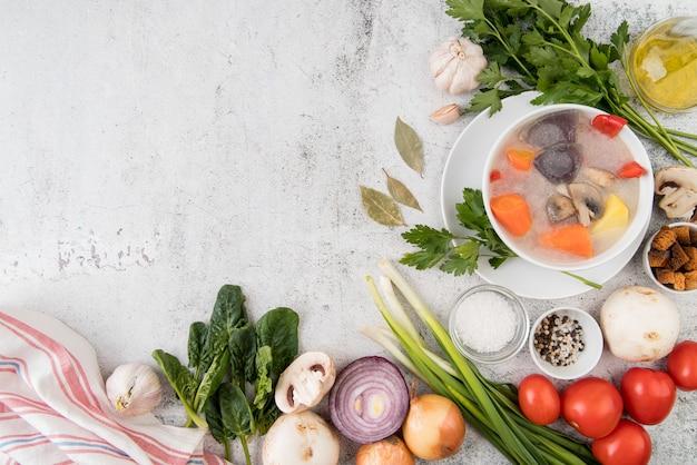 Овощной суп и натуральные ингредиенты копируют пространство