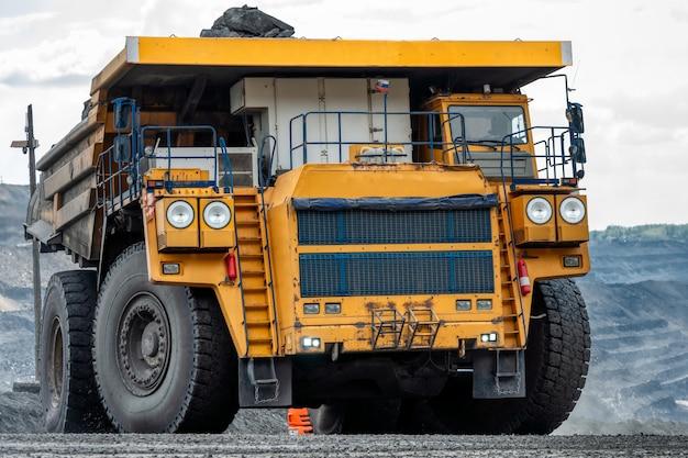 Автомобиль на вид на угольную шахту