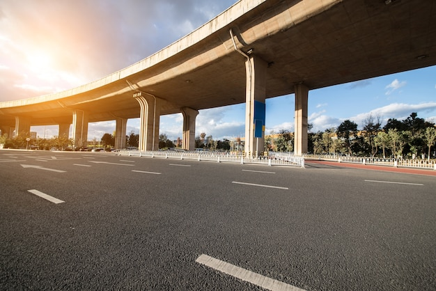 La sospensione del veicolo percorre il traffico stradale