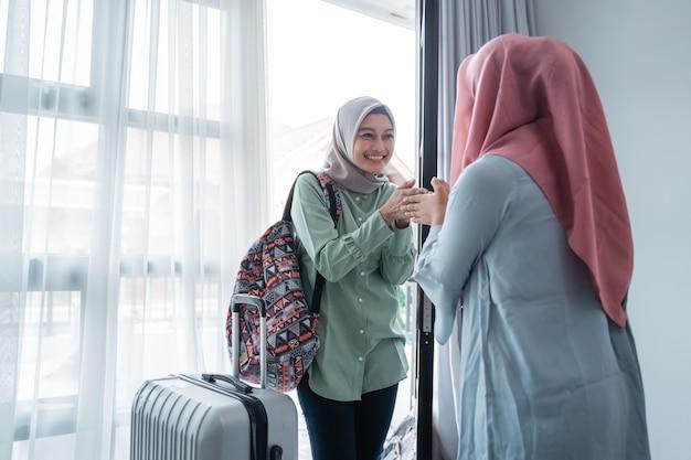 그녀의 친구를 만날 때 인사하는 여성