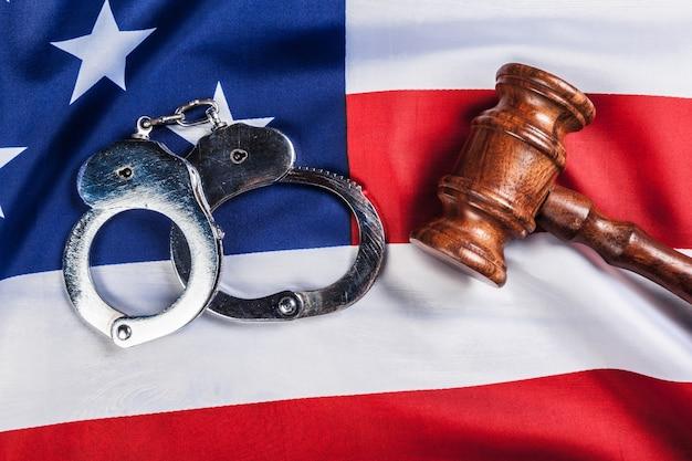 小vel、手錠、アメリカの国旗