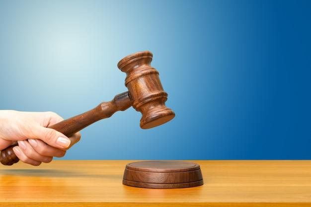 木製の法律の小velを持っている人の手