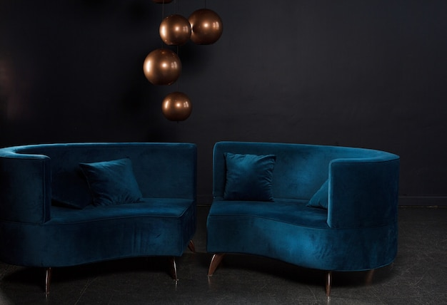室内装飾が施された暗い部屋のベロアブルーのソファ