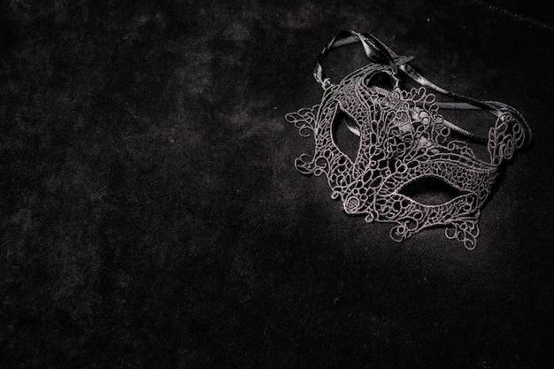 Венецианская маска темнокожей женщины, одна на черной поверхности. понятие романтической тайны