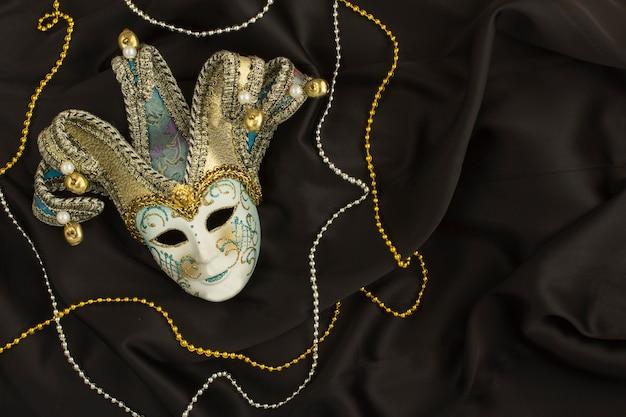 Венецианская карнавальная маска на черном шелке