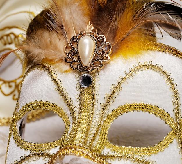 羽と真珠で飾られたベネチアンカーニバルマスク