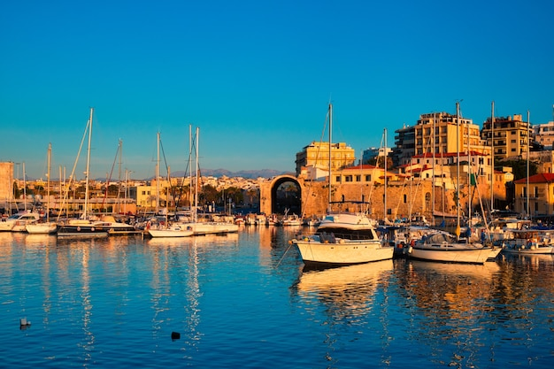 Венецианский форт в ираклионе и пришвартованные рыбацкие лодки остров крит греция