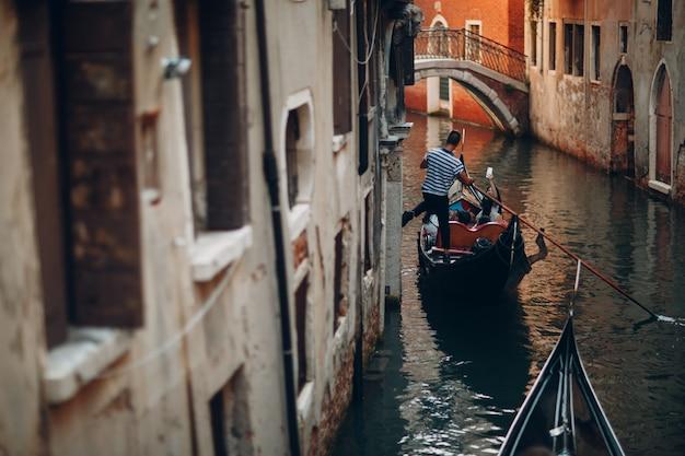 Венецианская гондола и канал в венеции, италия