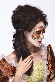 ベネチアンマスク。ヴィンテージのドレスと彼の顔にマスクで美しい女性。