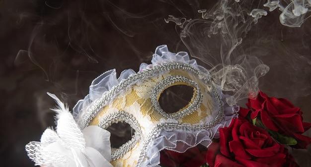 베네치아 마스크, 장미 및 아름다운 모양의 연기