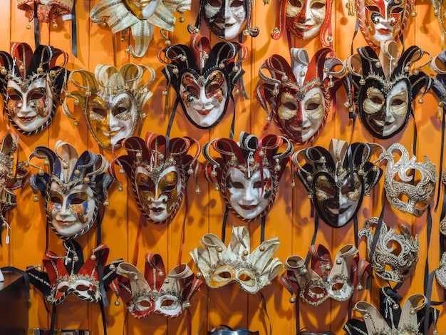 Венецианские маски в магазине в венеции.