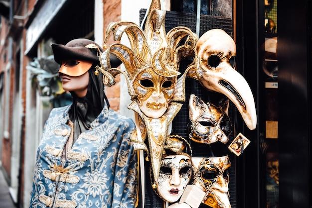 마스크와 주권이있는 베네치아 상점 창