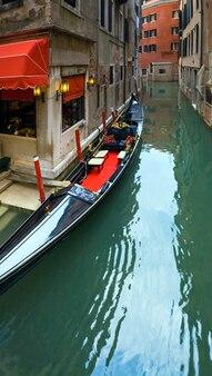 운하에 주차된 고급 곤돌라가 있는 베네치아 전망