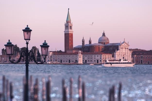 ベネチア(ベニス)。セントジョージ島とサンジョルジョマッジョーレ大聖堂の眺め。イタリア。