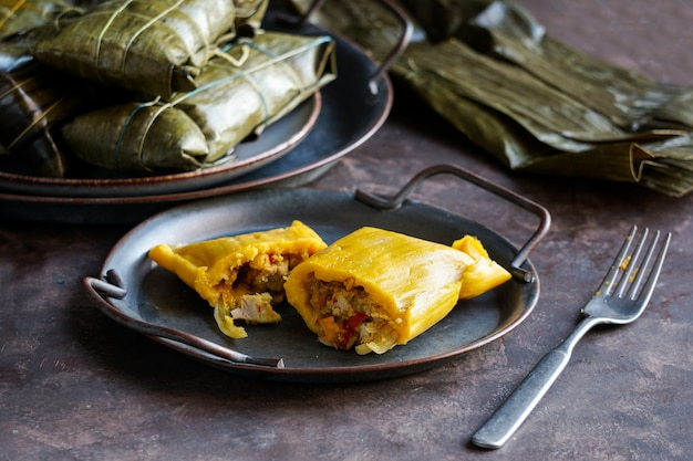 Венесуэльская рождественская еда, халлака, кукурузное тесто, фаршированное рагу из свинины и салатом из курицы и курицы