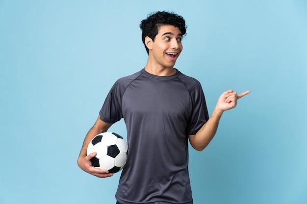 指を持ち上げながら解決策を実現しようとしているベネズエラのサッカー選手の男
