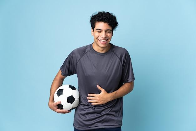 たくさん笑っているベネズエラのサッカー選手の男
