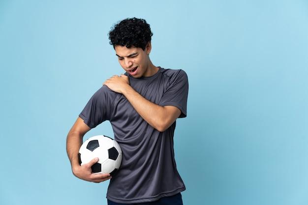 努力したことで肩の痛みに苦しんでいるベネズエラのサッカー選手の男