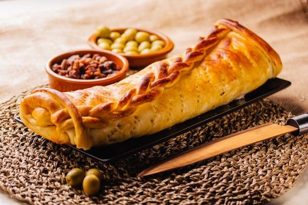 Венесуэльский хлеб с ветчиной, типичный для рождественских праздников в южной америке.
