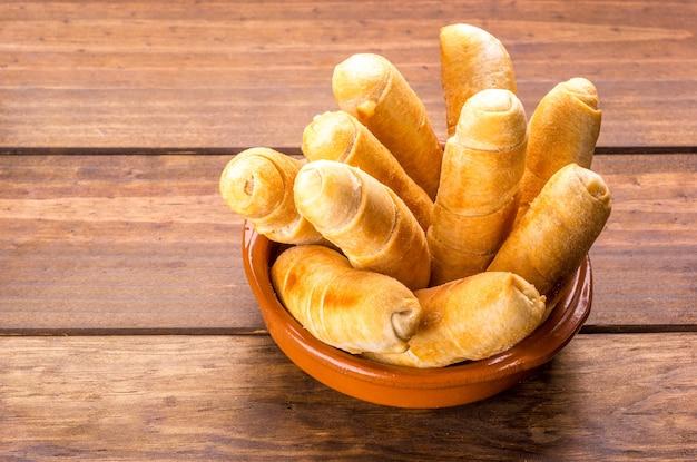 木製のテーブルにベネズエラ風チーズの指