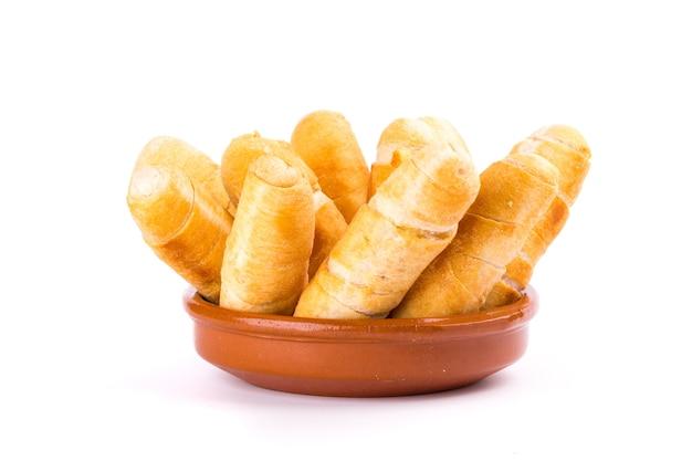 白い背景の上のベネズエラスタイルのチーズの指