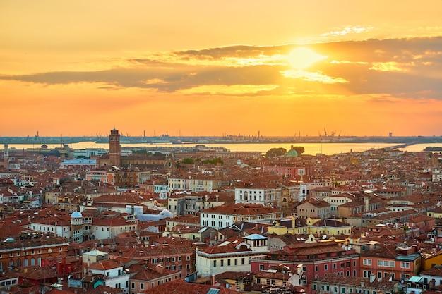 日没時のヴェネツィア、イタリア。上から見た旧市街、ベネチアの街並み