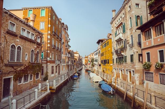 베니스, 멋진 운하와 곤돌라가있는 바다 위의 아름다운 낭만적 인 이탈리아 도시. 베네치아 좁은 운하의 전망. 베니스는 유럽에서 인기있는 관광지입니다.