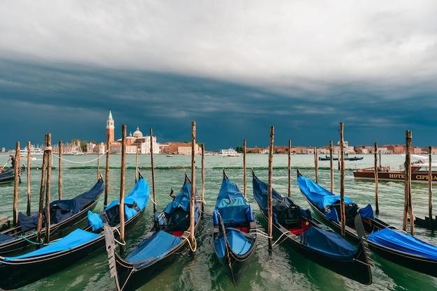 Венеция, городской пейзаж с гондолами