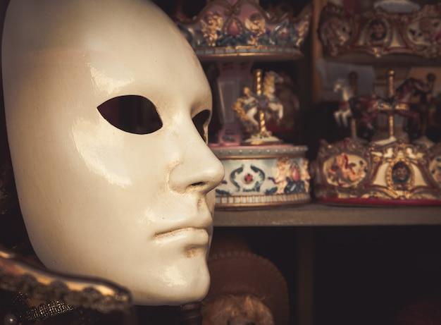 베니스, 이탈리아. 원본 및 전통적인 베네치아 마스크의 세부 사항입니다.