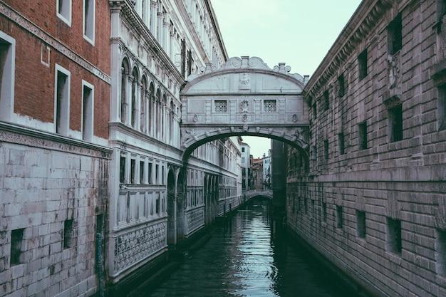 이탈리아 베니스 - 2018년 7월 1일: 탄식의 다리(ponte dei sospiri)의 탁 트인 전망은 도시 해안의 베니스에 위치한 다리입니다. 여름 아침의 풍경과 극적인 푸른 하늘