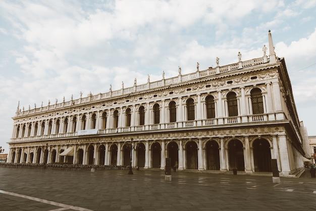 Венеция, италия - 1 июля 2018 г .: панорамный вид фасада музея коррер и площади сан-марко, часто известной как площадь сан-марко, является главной общественной площадью венеции