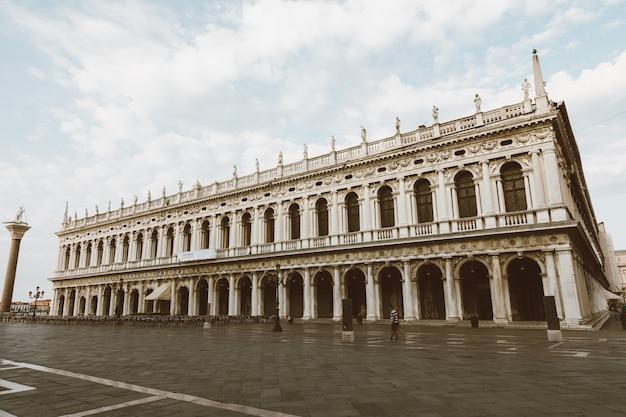 이탈리아 베니스 - 2018년 7월 1일: 종종 산 마르코 광장으로 알려진 코레르 박물관과 산 마르코 광장의 전경은 베니스의 주요 공공 광장입니다.