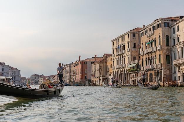 이탈리아 베니스 - 2018년 7월 2일: 활성 교통 곤돌라가 있는 곤돌라에서 대운하(canal grande)의 탁 트인 전망. 대운하(grand canal)는 베니스(venice) 시의 주요 수상 교통 회랑 중 하나입니다.