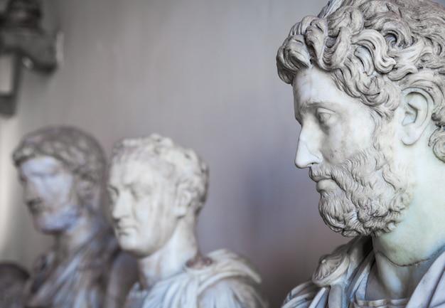 베니스, 이탈리아 - 2016년 6월 27일: 두칼레 궁전 박물관에서 동상 세부 사항