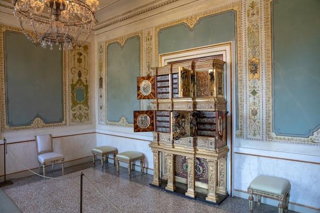 Венеция, италия - 30 июня 2018: панорамный вид на интерьер зала и искусства во дворце дожей (палаццо дукале) - дворец, построенный в венецианском готическом стиле на площади сан-марко
