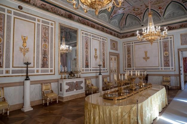 베니스, 이탈리아 - 2018년 6월 30일: 총독의 궁전(palazzo ducale)에 있는 홀 인테리어와 예술의 탁 트인 전망은 산 마르코 광장에 있는 베네치아 고딕 양식의 궁전입니다.