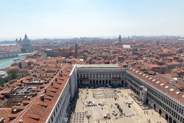 베니스, 이탈리아 - 2018년 6월 30일: 베니스 시, museo correr 및 산 마르코 광장(산 마르코 광장)의 탁 트인 전망은 산 마르코 종탑(campanile di san marco)에서 베니스의 공공 광장입니다.