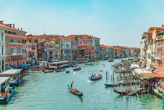 베니스, 이탈리아 - 2019년 5월 25일: 여름 시간에 보트가 있는 베니스 대운하의 전망