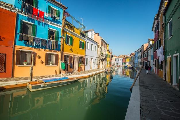 베니스, 이탈리아 - 2016년 11월 8일:관광객들이 방문하는 이탈리아의 다채로운 부라노 마을 건물을 건축합니다.