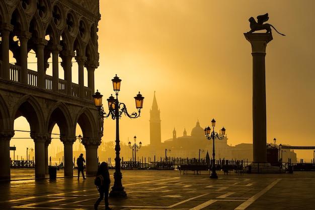 베니스 랜드마크, 이탈리아 이른 아침에 역사적인 피아제타 동상.