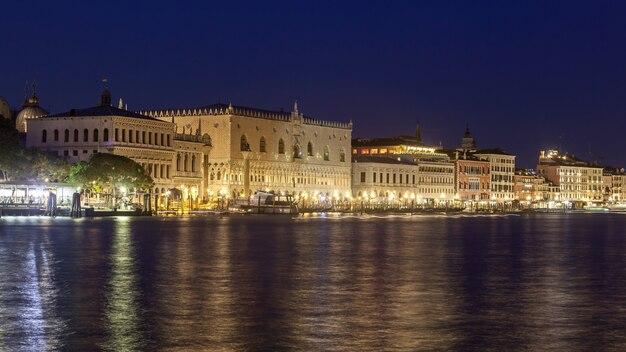 大運河とドゥカーレ宮殿の景色を望むヴェネツィアの夜の風景