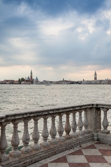 曇りの日のウォーターフロントからのヴェネツィアのパノラマ