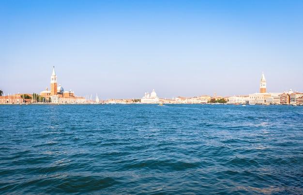 晴れた日のウォーターフロントからのヴェネツィアのパノラマ