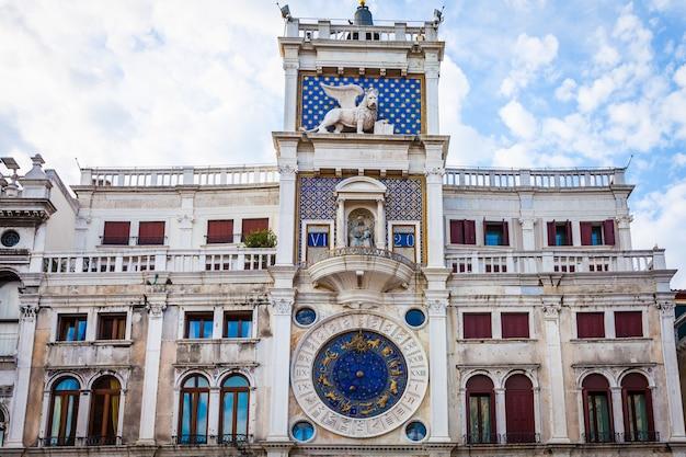 Циферблат астрономических часов на площади сан-марко в венеции
