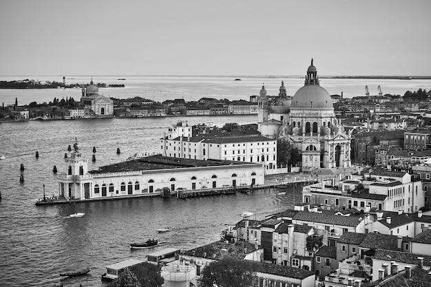 이탈리아 대운하를 가로질러 산타 마리아 델라 살루테 교회가 있는 베니스. 흑백 파노라마 베네치아 도시 풍경