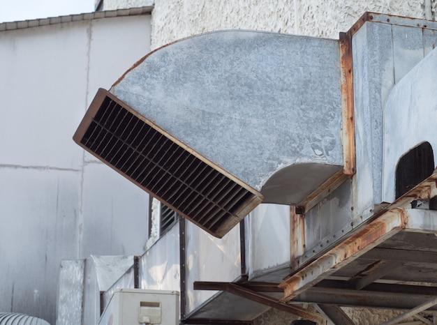 Труба вентиляции и кондиционирования установлена снаружи здания