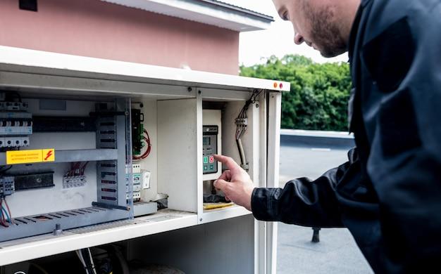 Очистка вентиляции. специалист на работе. ремонт вентиляционной системы (овк)