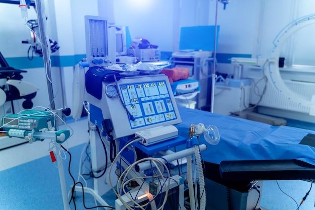 酸素による肺の換気。挿管用マスク。手術の準備。近代的な設備。